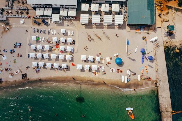 Vista aérea de uma multidão de pessoas na praia