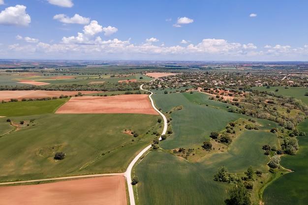 Vista aérea de uma paisagem castelhana com casas de campo e lotes de terreno