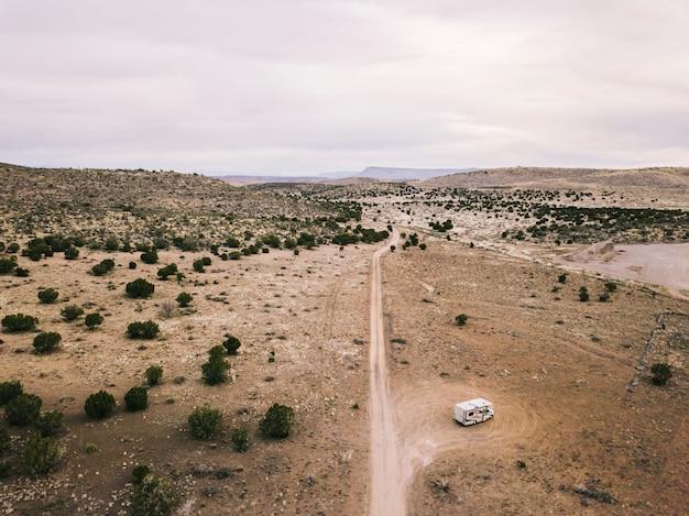 Vista aérea de uma paisagem do deserto dos eua no arizona com uma estrada e um motorhome estacionado