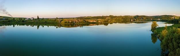 Vista aérea de uma paisagem rural perto de um lago