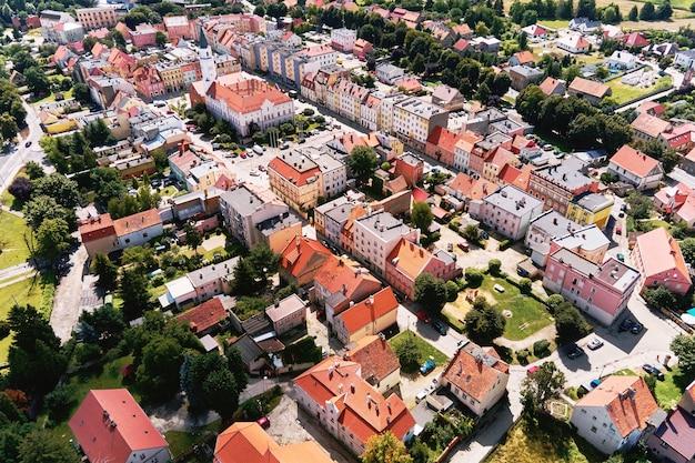 Vista aérea de uma pequena cidade europeia com edifícios residenciais e ruas