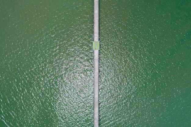 Vista aérea de uma pequena ponte para o mar