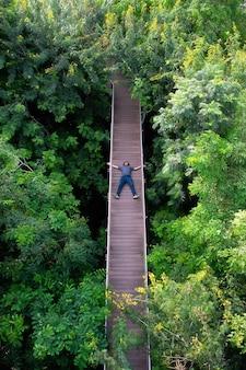 Vista aérea de uma ponte de madeira na floresta em bangkok