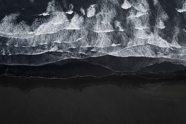 Vista aérea de uma praia de areia preta na islândia