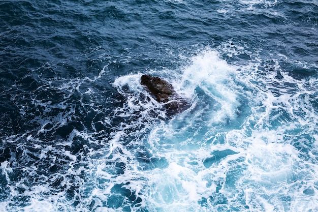 Vista aérea de uma textura de água cristalina do mar