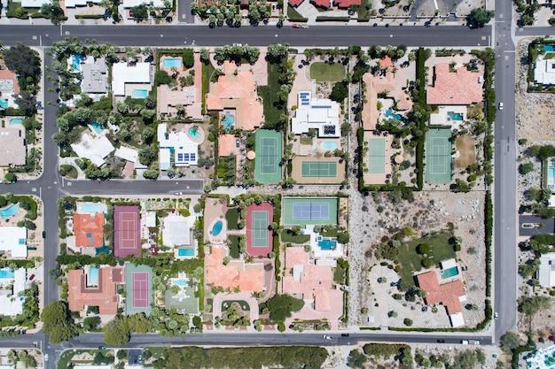 Vista aérea de uma vila durante o dia