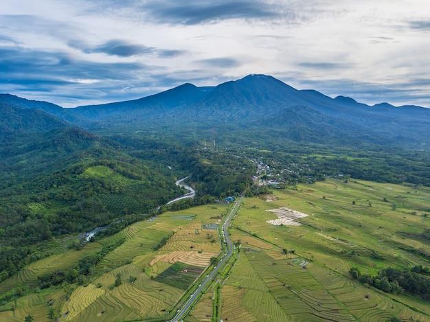 Vista aérea de uma vila pela manhã com um rio correndo ao lado