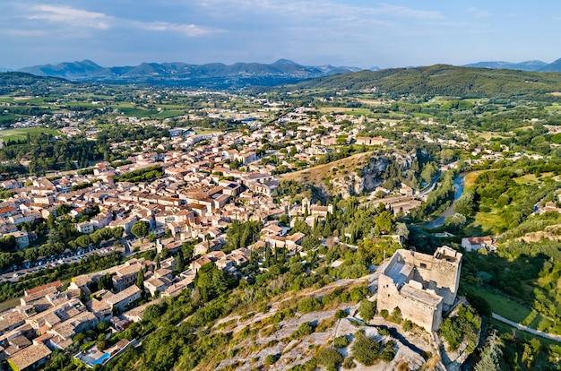 Vista aérea de vaison-la-romaine com seu castelo - provença, frança