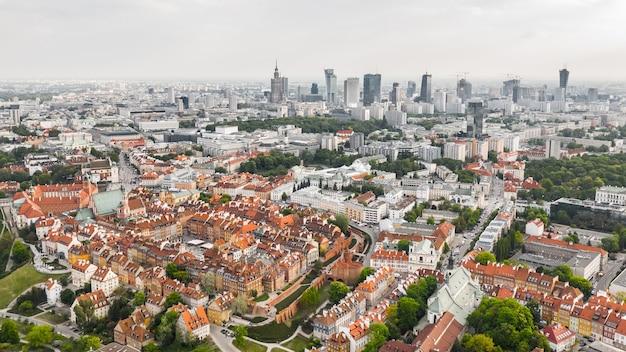 Vista aérea de varsóvia. cidade velha e novos edifícios modernos