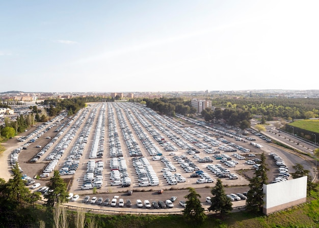 Vista aérea de veículos estacionados