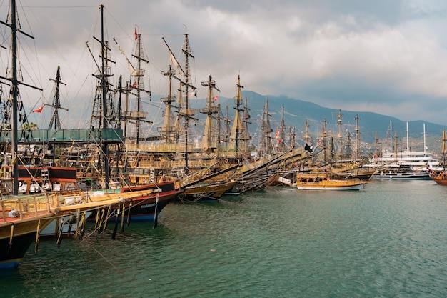Vista aérea de veleiros na baía costeira do mediterrâneo