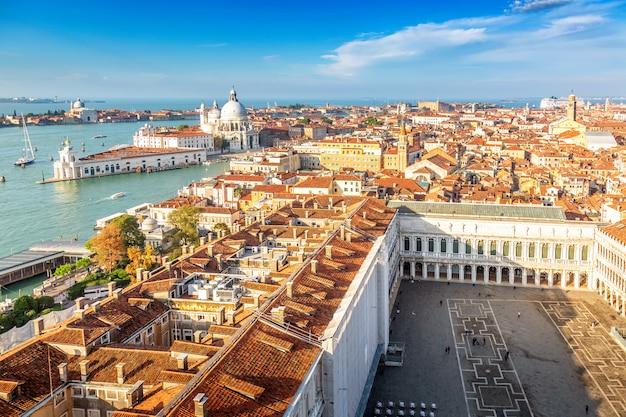 Vista aérea de veneza, santa maria della salute e piazza san marco durante