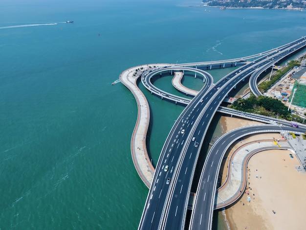 Vista aérea de viadutos e linhas costeiras de estradas urbanas