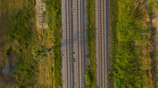Vista aérea de voar drone de trilhos, trem
