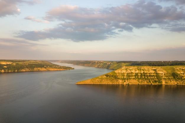 Vista aérea do amplo rio dnister e colinas rochosas distantes na área de bakota, parte do parque nacional