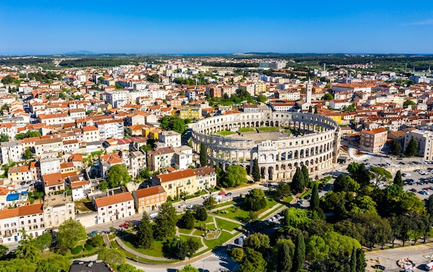 Vista aérea do anfiteatro romano em pula, croácia Foto Premium