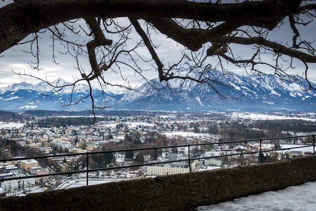 Vista aérea do antigo castelo na antiga cidade de salzburgo, áustria