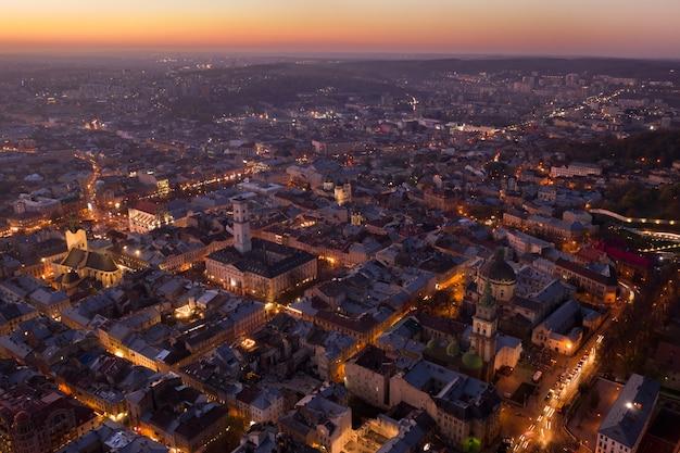 Vista aérea do antigo centro de lviv, na ucrânia ocidental, com a igreja uspensky e à direita