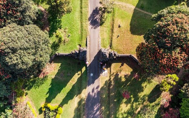 Vista aérea do antigo portão de bali com caminho no jardim