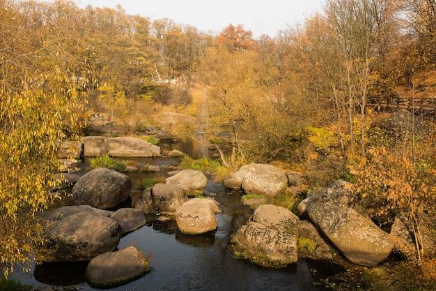 Vista aérea do belo parque de outono com pedras e rio em korosten, ucrânia