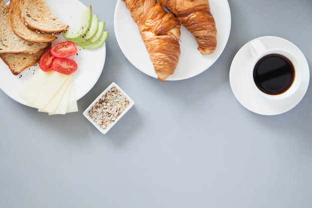 Vista aérea do café da manhã saudável com café