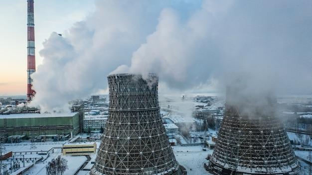 Vista aérea do calor combinado e da central energética na zona industrial.
