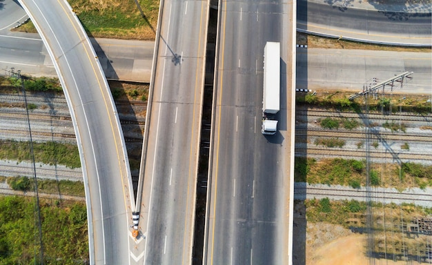 Vista aérea do caminhão branco de carga na estrada da rodovia com contêiner, conceito de transporte., importação, exportação logística industrial transporte transporte terrestre na via expressa de asfalto
