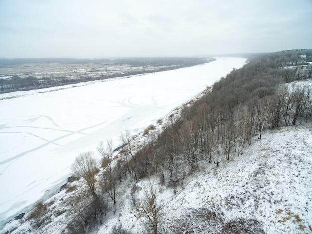 Vista aérea do campo coberto de neve