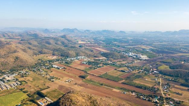 Vista aérea do campo com a comunidade em lop buri, tailândia. conceito de planejamento de uso do solo