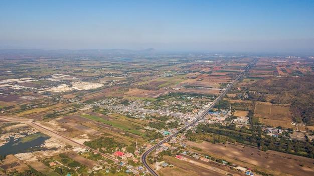 Vista aérea do campo com a comunidade em lop buri