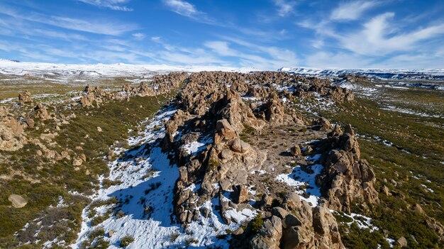 Vista aérea do campo rochoso inflamado com neve. na cordilheira dos andes.