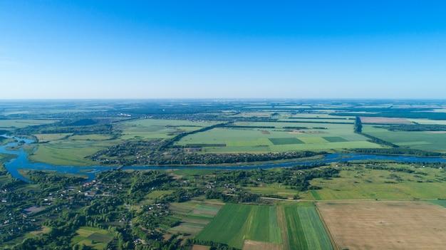 Vista aérea do campo verde e céu azul