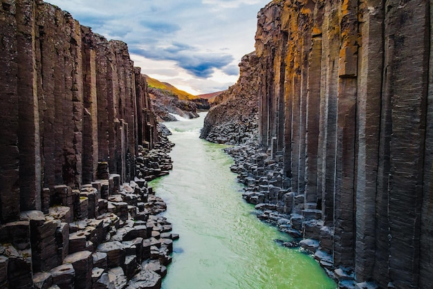 Vista aérea do canyon studlagil, jokulsa, na islândia