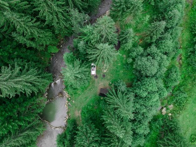 Vista aérea do carro suv no verão no local de acampamento na floresta