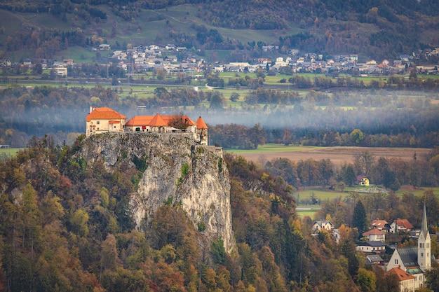 Vista aérea do castelo de bled na rocha na margem do lago bled, famoso destino turístico na eslovênia