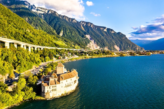 Vista aérea do castelo de chillon no lago genebra, na suíça