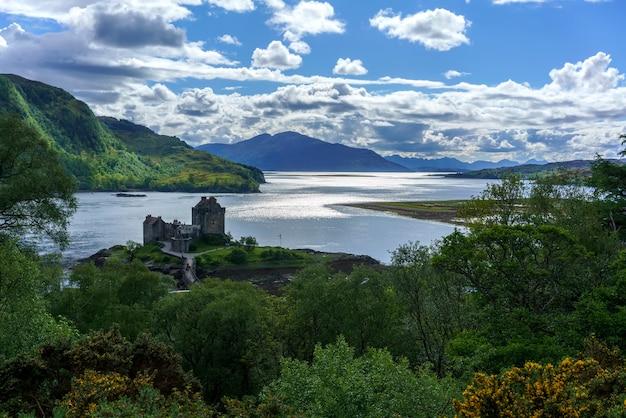 Vista aérea do castelo de eilean donan é uma das atrações mais visitadas e importantes nas montanhas escocesas, no ponto onde três grandes lagos marinhos se encontram, kyle of lochalsh, escócia