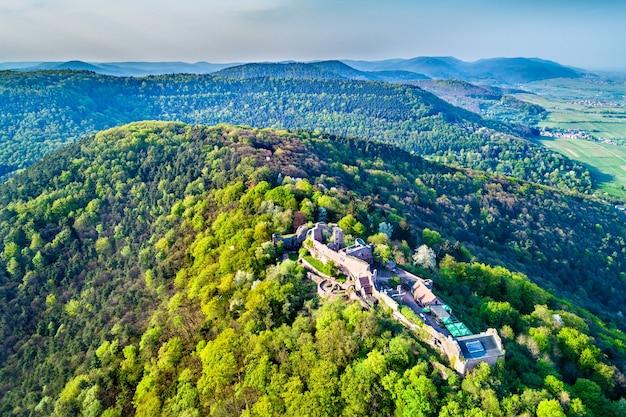 Vista aérea do castelo de madenburg, na floresta do palatinado. atração turística no estado da renânia-palatinado da alemanha