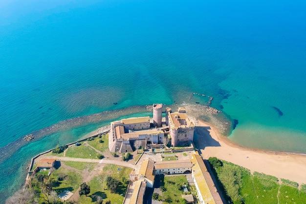 Vista aérea do castelo de santa severa, ao norte de roma, itália.