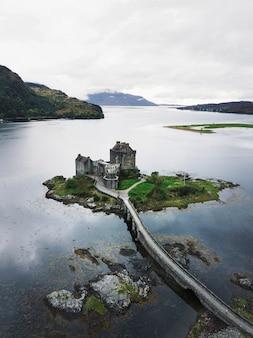 Vista aérea do castelo eilean donan, escócia