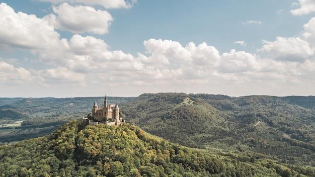Vista aérea do castelo hohenzollern, famoso ponto turístico da alemanha