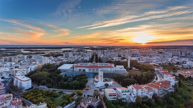 Vista aérea do centro da cidade de faro. igreja santo antônio.