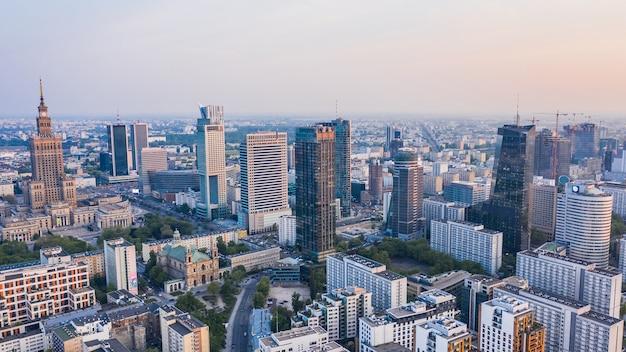Vista aérea do centro de varsóvia ao anoitecer