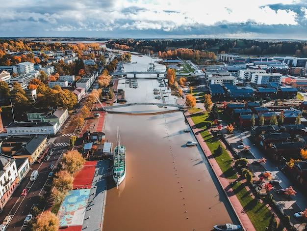 Vista aérea do centro histórico da cidade, casas antigas, telhados, ruas