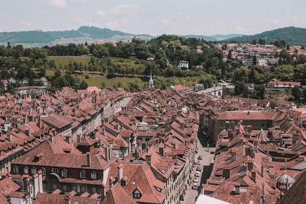 Vista aérea do centro histórico da cidade de berna da catedral de berna, suíça, europa. paisagem de verão, dia ensolarado e céu azul