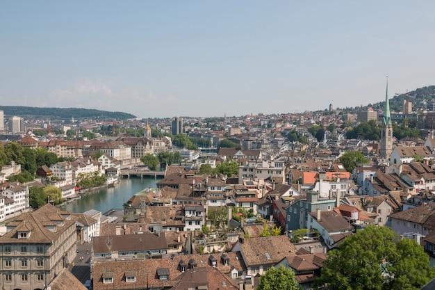 Vista aérea do centro histórico da cidade de zurique com o rio limmat da igreja grossmunster, cantão de zurique, suíça. dia de sol no verão