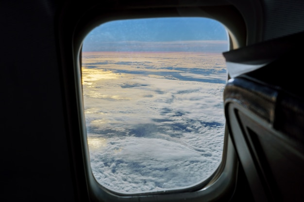 Vista aérea do céu azul com nuvens da janela do voo a jato