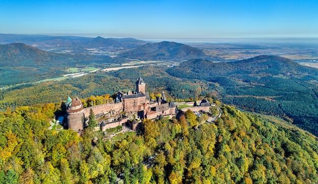 Vista aérea do chateau du haut-koenigsbourg nas montanhas de vosges. uma grande atração turística na alsácia, frança