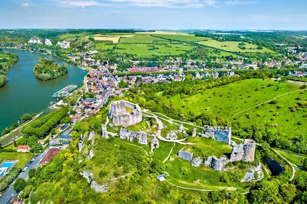 Vista aérea do chateau gaillard, um castelo medieval em ruínas na cidade de les andelys - normandia, frança