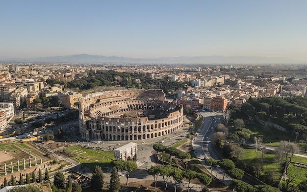 Vista aérea do coliseu em dia ensolarado. roma, itália